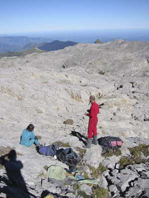 Limestone of Anialarra; at the background is the Pic d'Anie